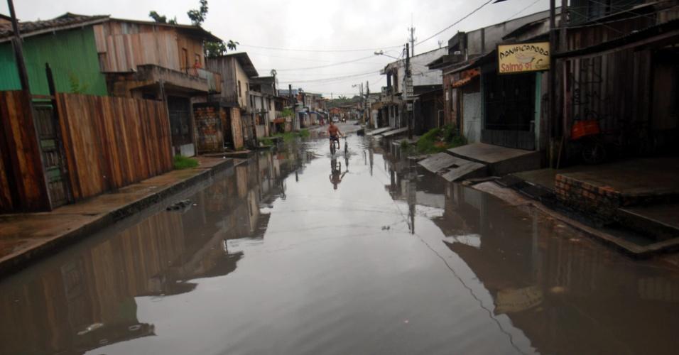 Rua do bairro do Marco, em Belém (PA), fica completamente alagada após forte chuva