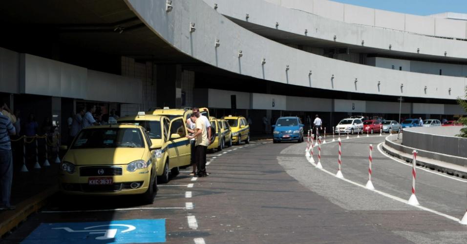 Táxis aguardam passageiros no terminal 1 do aeroporto do Galeão, no Rio de Janeiro