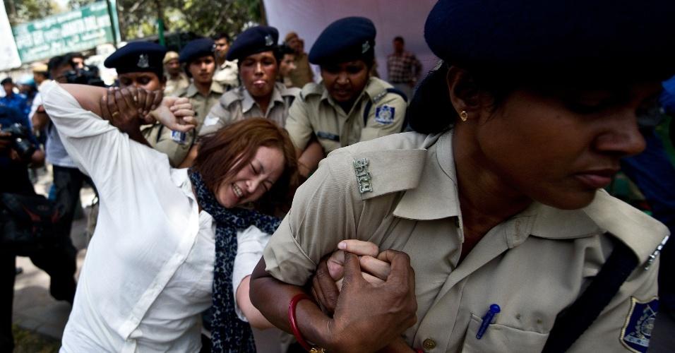 Tibetana exilada é detida pela polícia indiana durante protesto em Nova Déli, na Índia