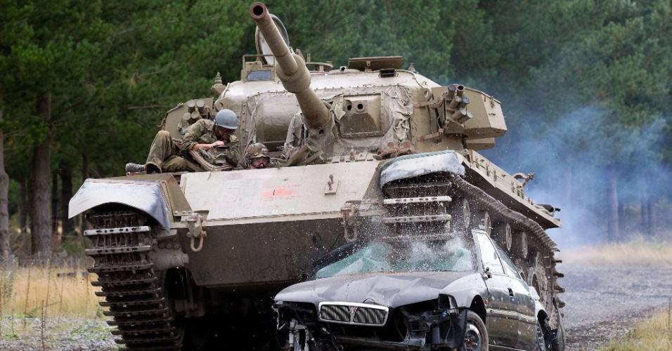 """Turista canadense aluga tanque de guerra """"Maximus"""", na Nova Zelândia, para esmagar carro"""