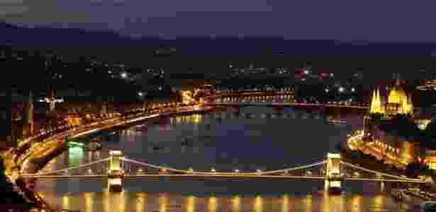 Ponte Chain, em Budapeste, é vista a partir do monte Gellert, na Hungria  - Bernadett Szabo/Reuters