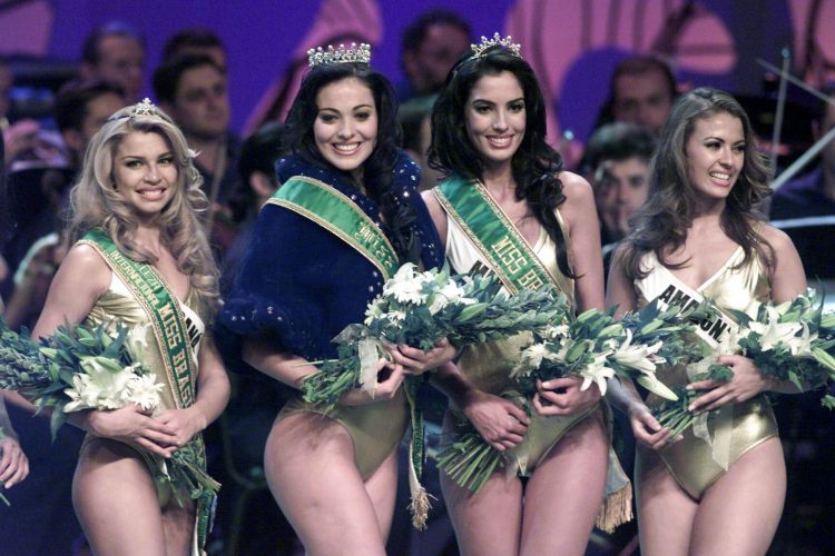 Representante do Rio Grande do Sul, Fabiana Niclotti vence o Miss Brasil 2004. À sua direita, a loira Grazi Massafera