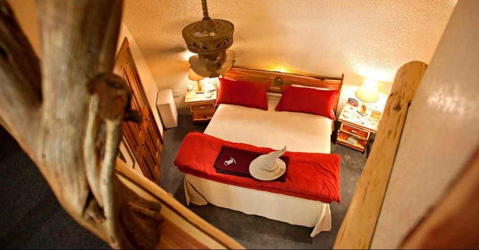 A decoração dos quartos conta com símbolos, cores e objetos relacionados à saga. Repare no chapéu de bruxo branco ao pé da cama