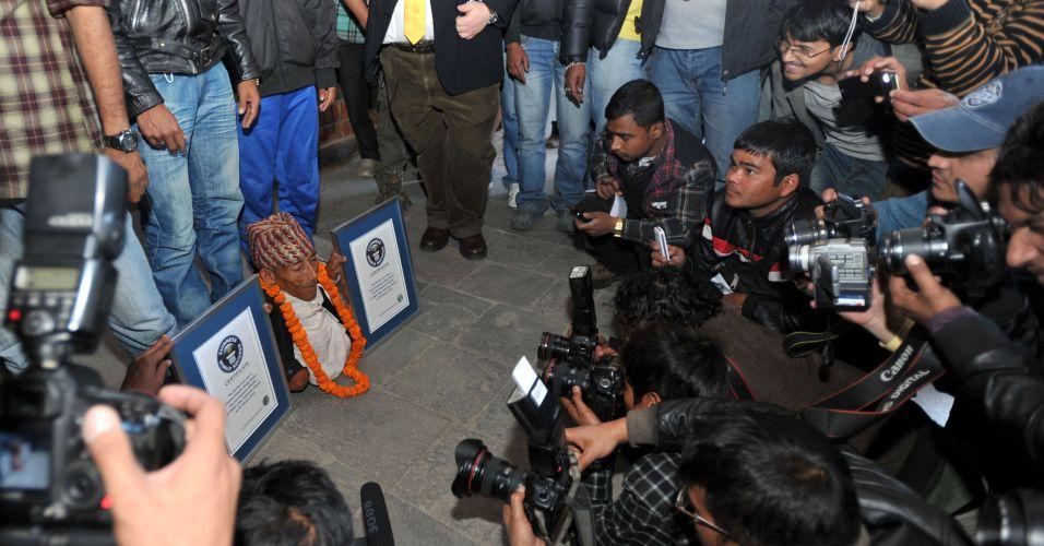 O nepalês Chandra Bahadur Dangi, 72, posa com seu certificado do