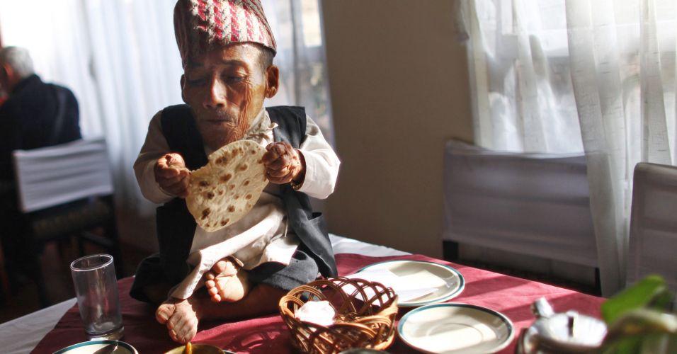 O nepalês Chandra Bahadur Dangi, 72, toma café da manhã antes da chegada da equipe oficial que iria medi-lo. Com seus 54,6 centímetros do altura, Dangi entrou neste domingo (26) para o livro dos recordes como o homem mais baixo do mundo de todos os tempos