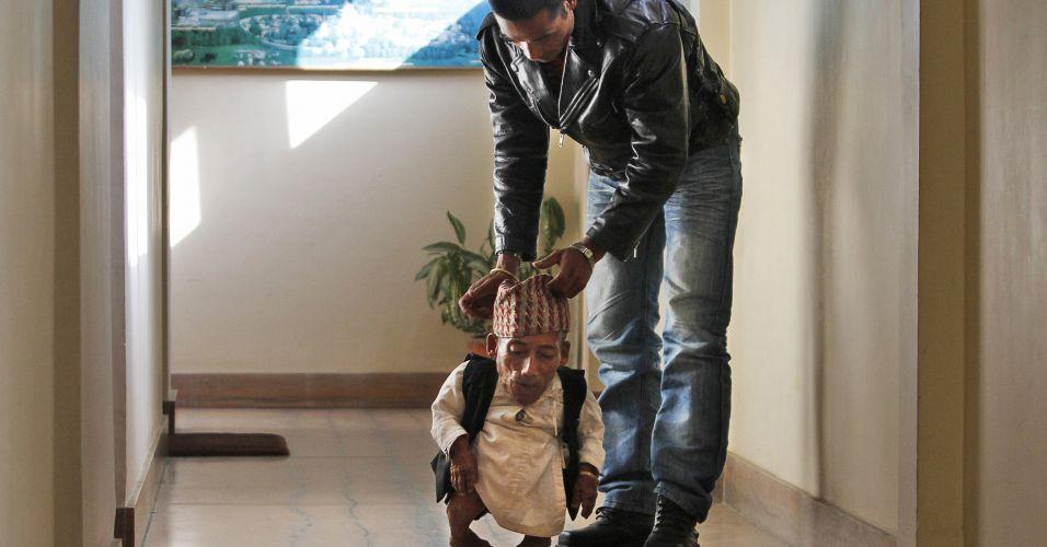 O nepalês Chandra Bahadur Dangi, 72, caminha ao lado do sobrinho Dolak Dangi. Com seus 54,6 centímetros do altura, ele entrou neste domingo (26) para o livro dos recordes como o homem mais baixo do mundo de todos os tempos