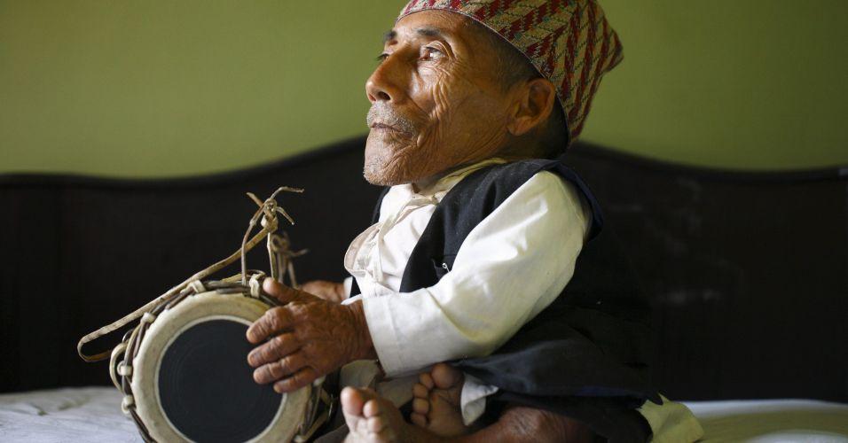O nepalês Chandra Bahadur Dangi, 72, espera a chegada da equipe oficial que iria medi-lo. Com seus 54,6 centímetros do altura, Dangi entrou neste domingo (26) para o livro dos recordes como o homem mais baixo do mundo de todos os tempos