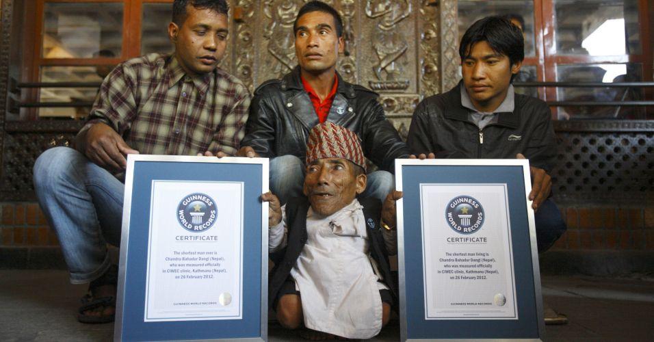 O nepalês Chandra Bahadur Dangi, 72, posa com familiares mostrando certificado do