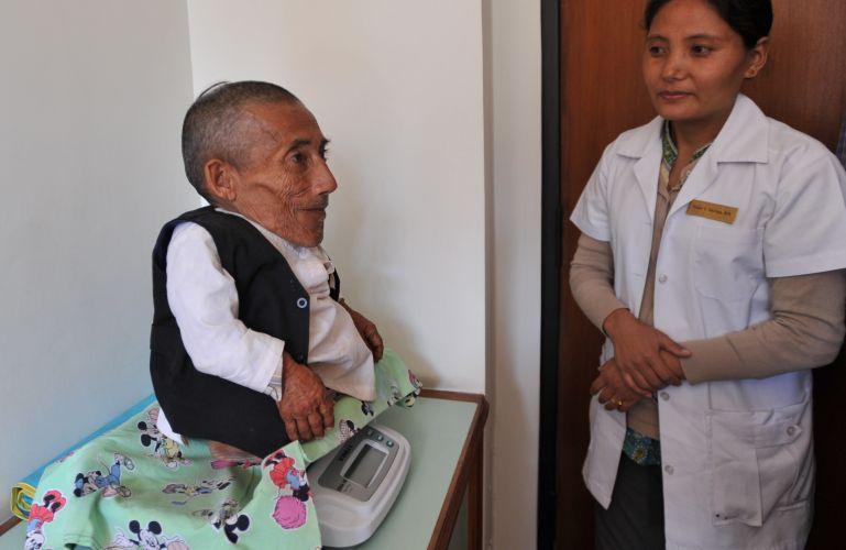 O nepalês Chandra Bahadur Dangi, 72, é pesado em clínica em Katmandu, no Nepal. Com seus 54,6 centímetros do altura, Dangi entrou neste domingo (26) para o livro dos recordes como o homem mais baixo do mundo de todos os tempos
