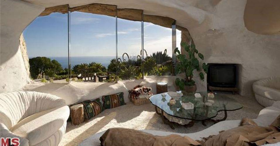 Um casal norte-americano colocou à venda uma casa feita à imagem e semelhança da morada do casal Fred e Vilma Flintstone. A casa fica em Malibu, praia nos Estados Unidos. E o preço pedido pelo proprietário é de nada menos do que US$ 3,5 milhões - algo como R$ 6,2 milhões