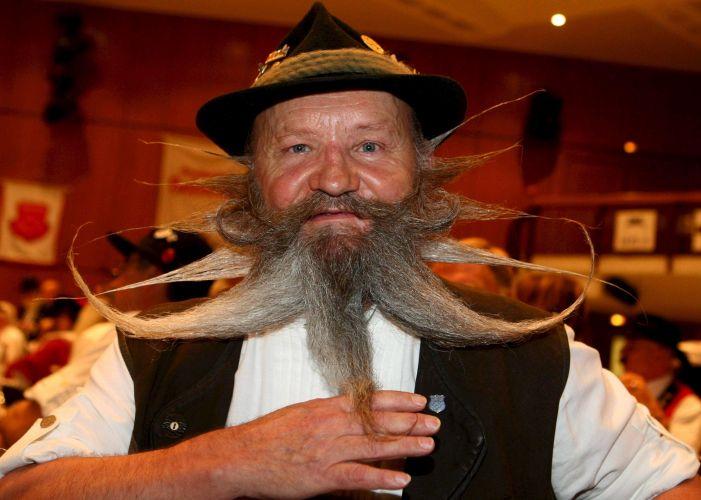 O austríaco Hans Gasner mostra a barba com a qual competiu no Campeonato Europeu de Barbas e Bigodes, disputado em Leinfelden (Alemanha)