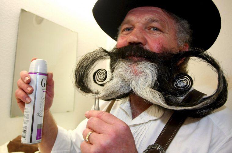 Manfred Richter exibe a barba com a qual concorreu no Campeonato Europeu de Barbas e Bigodes, disputado em Leinfelden (Alemanha)