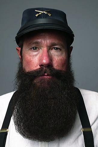 Phil Olsen é capitão e um dos fundadores do Beard Team USA (que pode ser traduzido como Equipe Norte-Americana de Barba) e representa seu país no Campeonato Mundial de Barba e Bigode