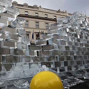 Escultura de gelo em Londres lembra queda do Muro de Berlim <img src=