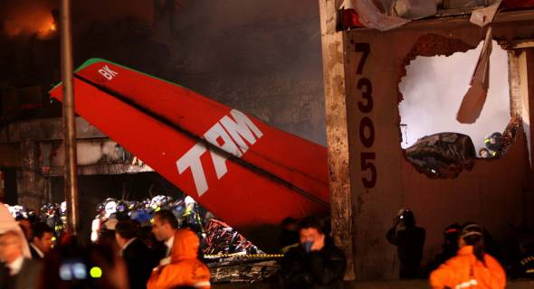17.jul.2007 - Após fogo controlado, os resíduos do acidente