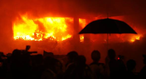 17.jul.2007 - Bombeiros combatem incêndio no depósito da TAM