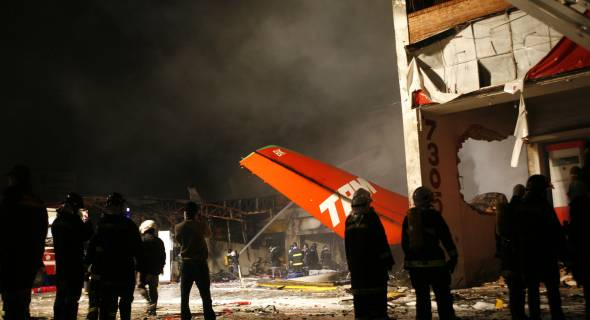 17.jul.2007 - Cenas de destruição após acidente com avião da TAM em Congonhas