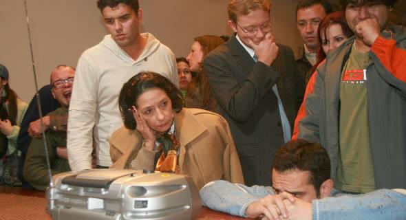 18.jul.2007 - No RS, familiares dos passageiros tomaram conhecimento da lista por uma rádio local