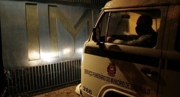 18.jul.2007 - Carro do serviço funerário chega ao IML central de São Paulo com corpos de vítimas