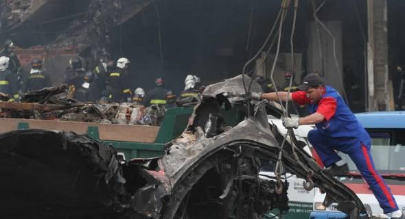 18.jul.2007 - Bombeiros trabalham no local do acidente