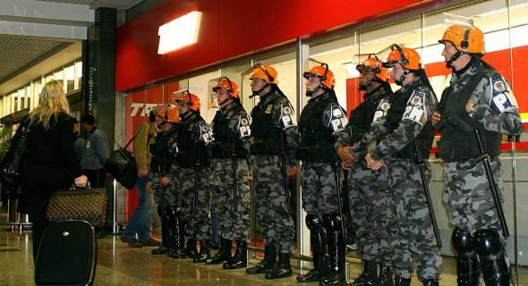 18.jul.2007 - Policiais militares reforçam a segurança no aeroporto de Porto Alegre