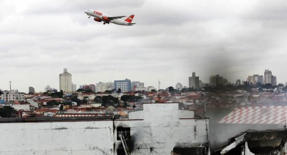 18.jul.2007 - Avião da TAM decola de Congonhas; abaixo, o local do acidente