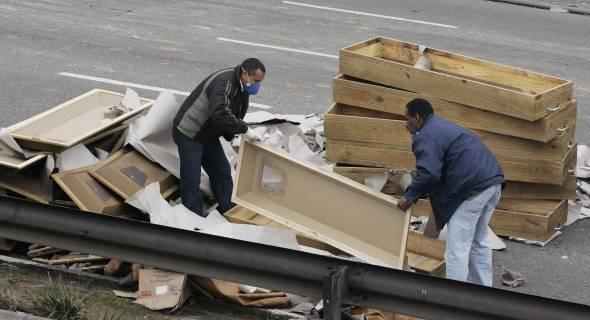 18.jul.2007 - Caixões são depositados no local do acidente