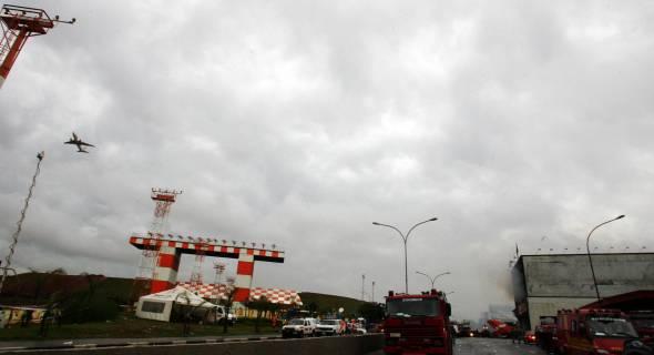 18.jul.2007 - Avião decola do aeroporto de Congonhas, que foi parcialmente liberado