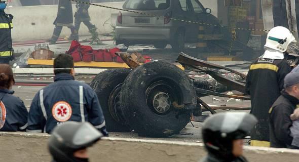 18.jul.2007 - Equipes de resgate trabalham no local do acidente