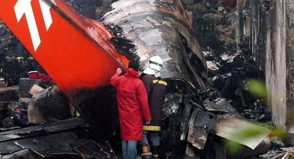 18.jul.2007 - Equipes de resgate trabalham no local na manhã desta quarta