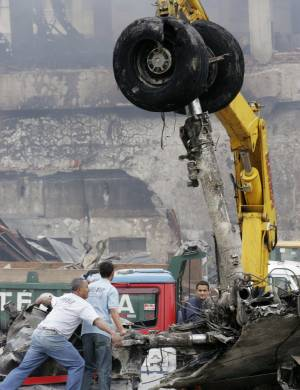 18.jul.2007 - Guindaste retira destroços do avião acidentado