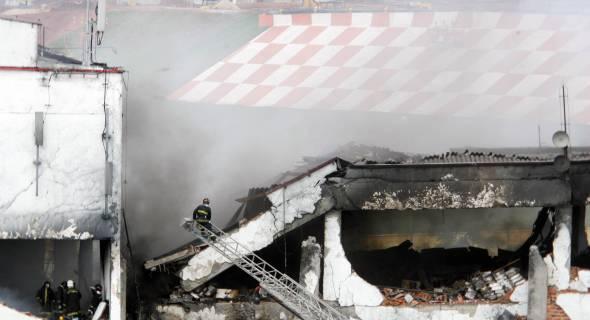 18.jul.2007 - Bombeiros retiram corpos de vítimas pelas janelas traseiras do prédio da TAM