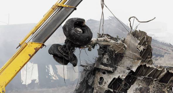 18.jul.2007 - Destroços do avião são retirados do local do acidente