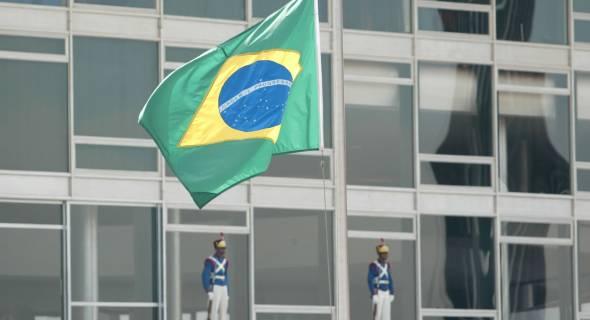 18.jul.07 - Bandeiras hasteadas a meio-pau em Brasília; governo decretou luto oficial de três dias