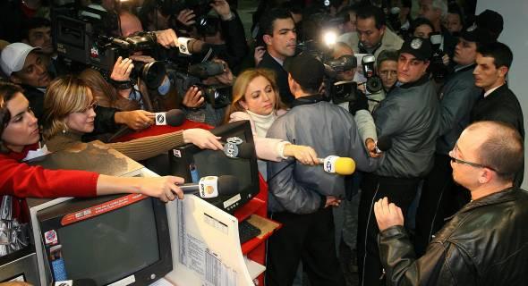 18.jul.07 - Jornalistas acotovelam-se em buscas de informações no balcão da TAM em Porto Alegre