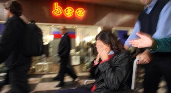 18.jul.07 - Mulher chora vítima do acidente no saguão de Congonhas