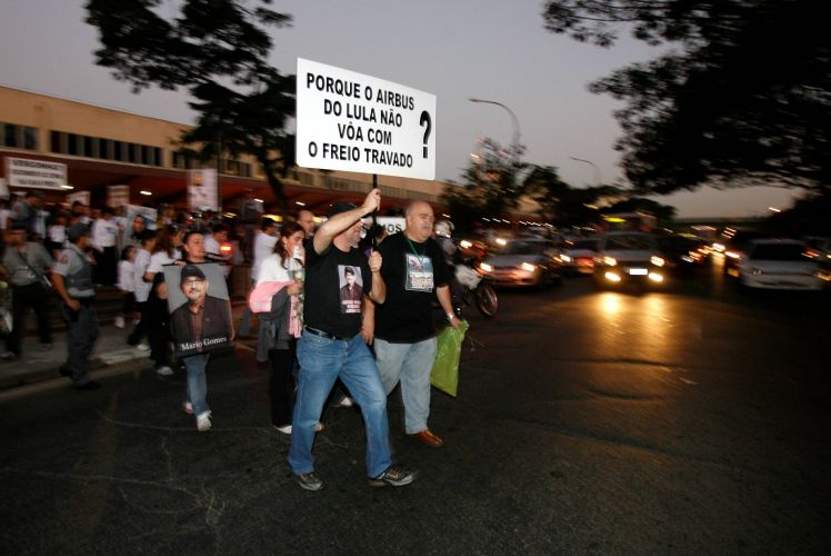 17.jul.2008 - No dia em que o acidente do vôo 3054 da TAM em Congonhas completa um ano, familiares das vítimas fazem passeata em frente ao aeroporto em São Paulo