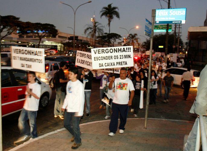17.jul.2008 - No dia em que o acidente da TAM em Congonhas completa um ano, familiares das vítimas fazem passeata em frente ao aeroporto em São Paulo