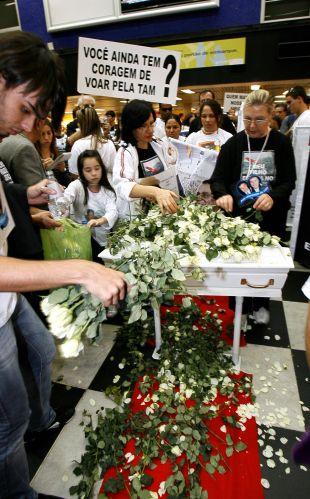 17.jul.2008 - Caixão branco representa as 199 vítimas do acidente