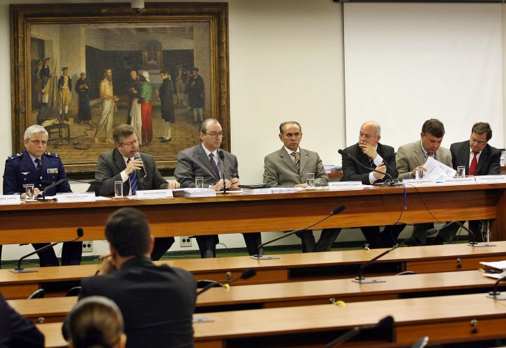 17.jul.2008 - No aniversário da tragédia, Comissão de Constituição e Justiça da Câmara dos Deputados se reúne com participantes da CPI da Crise do Sistema de Tráfego Aéreo, representantes da Infraero e da Aeronáutica e diretor jurídico da TAM para discutir a legislação de aviação brasileira
