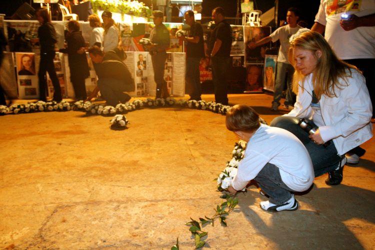 17.jul.2008 - Familiares das vítimas participam de ato ecumênico no local onde o avião caiu um ano atrás