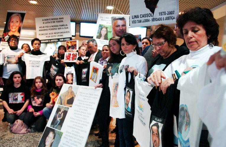 17.jul.2009 - Parentes e amigos de vítimas de acidente da TAM se reúnem no aeroporto Salgado Filho, em Porto Alegre, para lembrar os dois anos da tragédia na região do aeroporto de Congonhas, em São Paulo