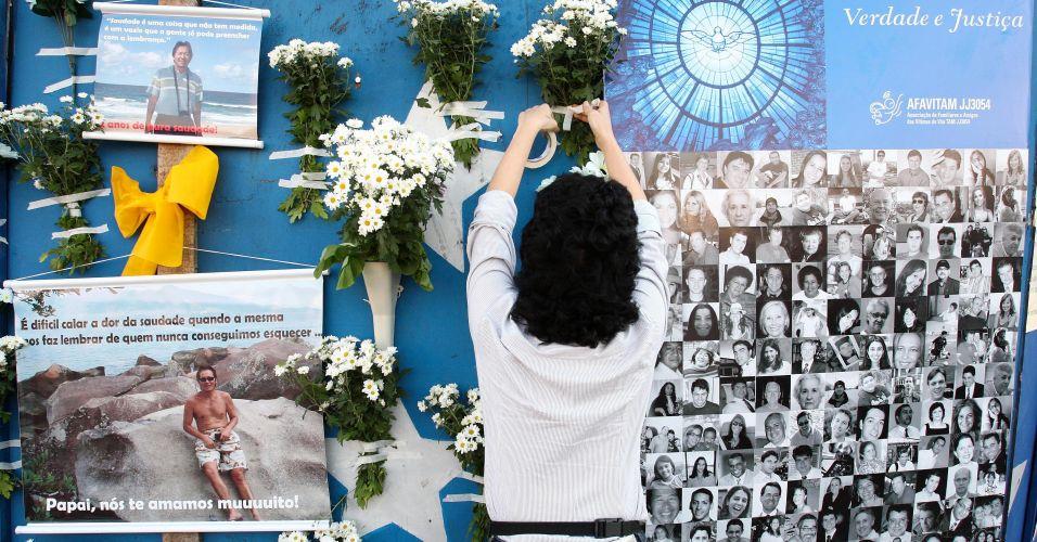 17.jul.2009 - Parentes das vítimas do voo 3054 da TAM fazem ato ecumênico no saguão do aeroporto de Congonhas, em São Paulo; no local a Afavitam (Associação dos Familiares e Amigos das Vítimas do Voo TAM JJ3054) inaugurou um monumento com uma placa em memória às vítimas sob a árvore que resistiu à tragédia. Também foram colocadas flores e fotografias junto ao monumento