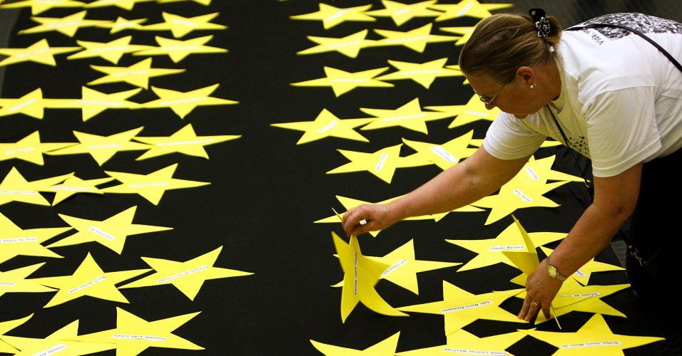 17.jul.2009 - Parentes das vítimas do voo 3054 da TAM fazem ato ecumênico no saguão do aeroporto de Congonhas, em São Paulo; os manifestantes realizaram um minuto de silêncio para lembrar o exato momento em que a tragédia ocorreu, próximo às 18h48, horário em que o avião caiu