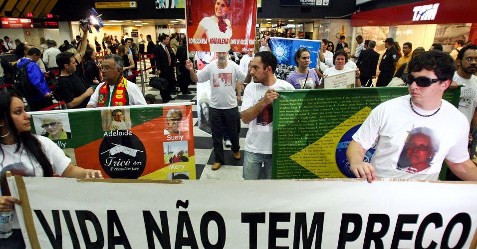 17.jul.2009 - Parentes das vítimas do voo 3054 da TAM fazem ato ecumênico no saguão do aeroporto de Congonhas, em São Paulo; segundo estimativa da Polícia Militar, cerca de 400 pessoas participaram