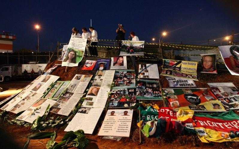 17.jul.2009 - Parentes colocam cartazes com homenagens às vítimas do voo 3054 da TAM, que se acidentou há dois anos perto do aeroporto de Congonhas matando 199 pessoas