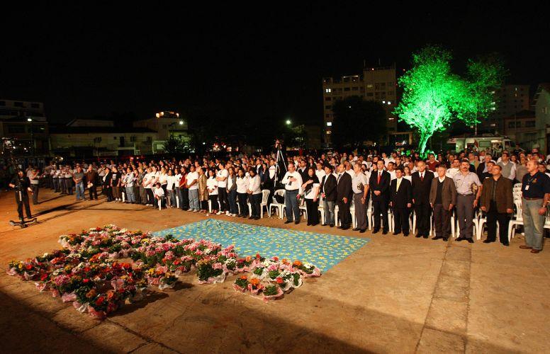 17.jul.2009 - No dia que a tragédia com o avião da TAM completa dois anos, familiares das vítimas realizam ato ecumênico na zona sul de São Paulo