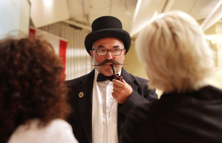 Competidor é observado pelos juizes no Campeonato Mundial de Barba e Bigode que acontece na Alemanha