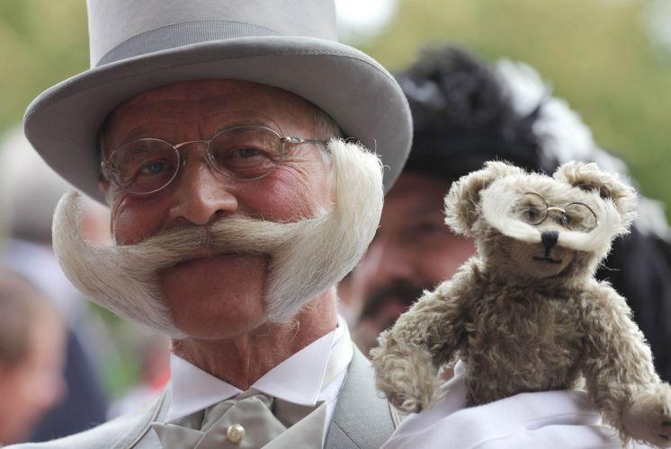 Participante mostra seu original bigode e seu traje de gala