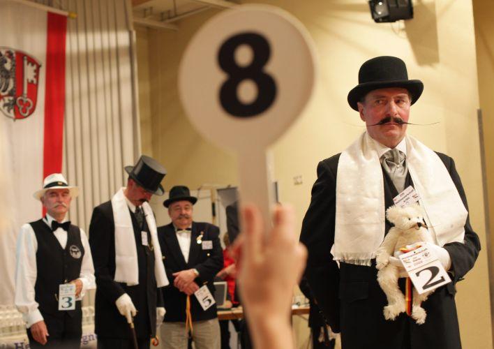 Competidor recebe nota dos juízes durante o Campeonato Mundial de Barba e Bigode que acontece na Alemanha